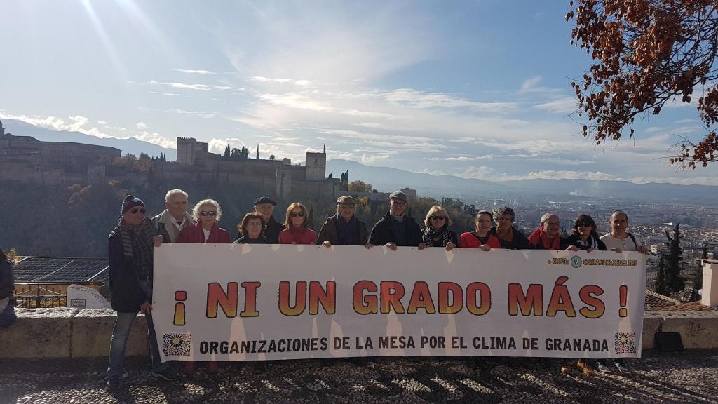 encuentro de la mesa por el clima de granada, grupo sujetando la pancarta en el mirador frente a la alhambra